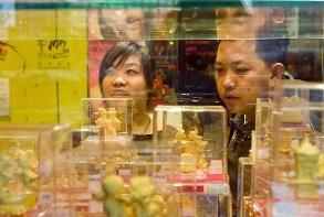 Deux personnes regardent une vitrine d'une bijouterie chinoise