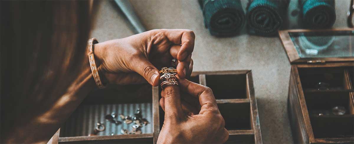 L'or dans la bijouterie. Atelier d'un bijoutier.