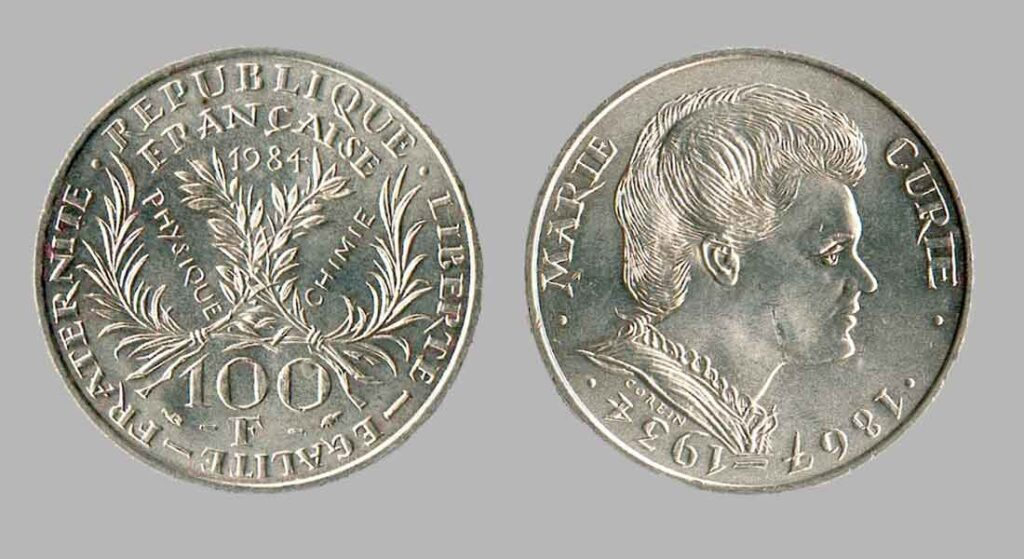 La pièce de monnaie française de 100 francs en argent 1984 Marie Curie pèse 15 grammes et possède 90% d'argent pur.