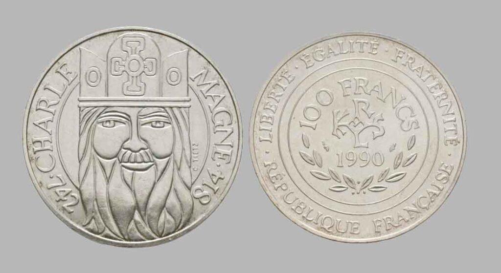 La pièce de monnaie françaises de 100 francs en argent 1990 Charlemagne pèse 15 grammes et possèdent 90% d'argent pur.